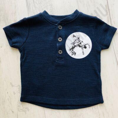 Baba póló birkózó mintával - elől gombos-sötétkék - 3 hónap